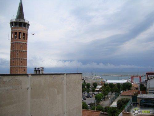 Civitanova: rapinano gioielleria in centro