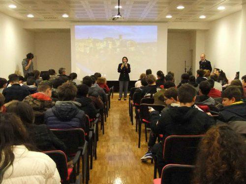 Gli studenti incontrano la polizia, nonostante il sisma